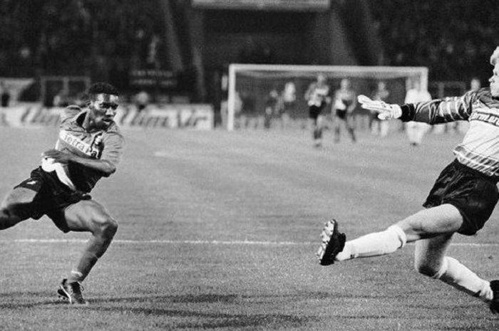 Gelandang serang Eintracht Frankfurt asal Nigeria, Jay-Jay Okocha, mengecoh kiper Karlsruher SC, Oliver Kahn, di Stadion Commerzbank-Arena, pada 31 Agustus 1993 dalam pekan kelima Liga Jerman.