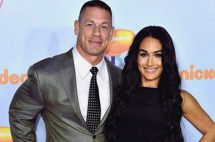 John Cena (kiri) dan Nikki Bella (kanan) saat menghadiri ajang Kids Choice Awards 2017.