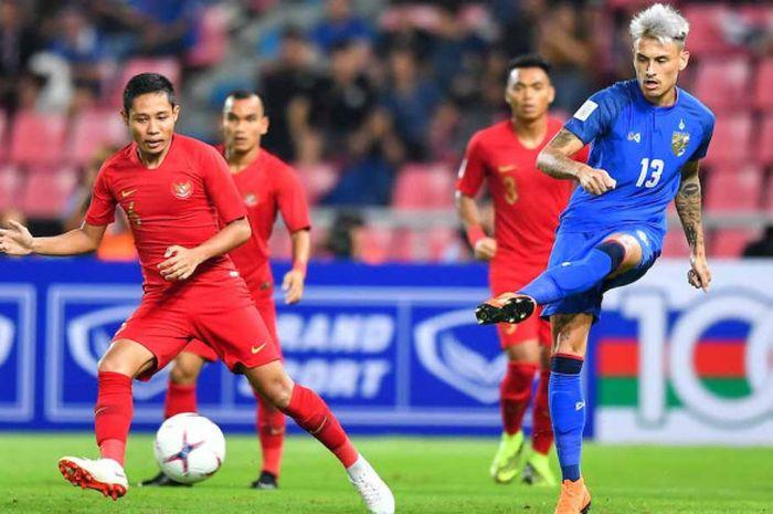 Aksi pemain timnas Thaliand, Phillip Roller, di depan gelandang timnas Indonesia, Evan Dimas, pada