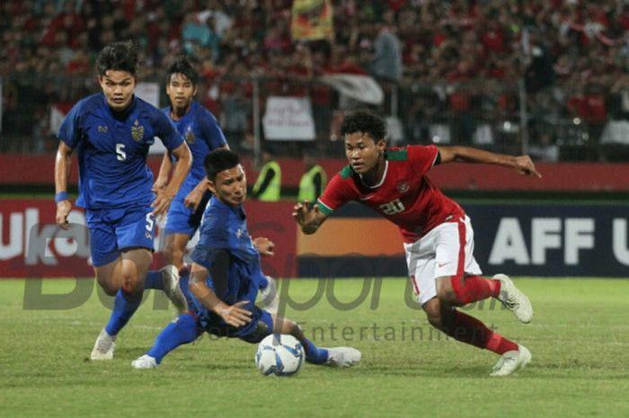 Aksi penyerang timnas U-16, Amiruddin Bagus Kahfi saat mencoba melewati para pemain timnas U-16 Thailand pada final Piala AFF U-16 2018 di Stadion Gelora Delta, Sidoarjo, 11 Agustus 2018.