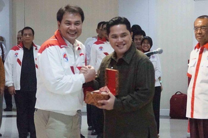 CdM Indonesia pada SEA Games 2017, Azis Syamsudin (kiri) bersalaman dengan Ketua Umum KOI Erick Thoh