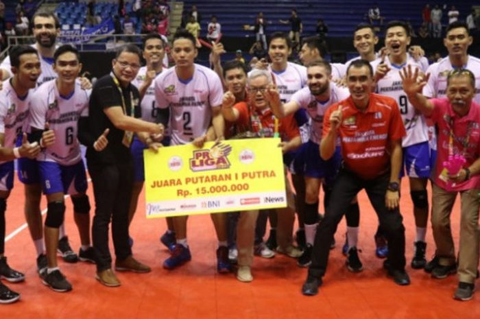 Tim putra Jakarta Pertamina Energi berpose bersama usai berhasil memastikan diri menjadi juara Putaran I Proliga 2019.