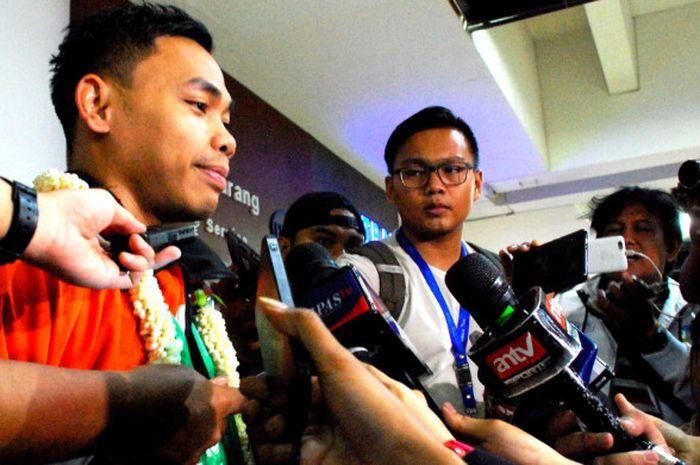 Atlet angkat besi Indonesia, Eko Yuli Irawan, berbicara kepada media