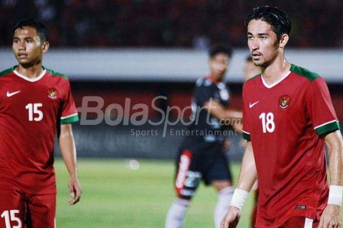 Pemain timnas U-23 Indonesia, Gavin Kwan Adsit (kanan), dalam laga uji coba melawan Bali United di Stadion Kapten I Wayan Dipta, Gianyar, Bali, Selasa (31/7/2018).
