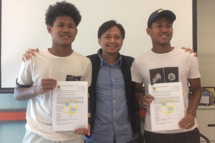 Bagus Kahfi dan Bagas Kahfa resmi mengikat kontrak tiga tahun bersama Barito Putera di Office 8, Jakarta Selatan, Senin (19/11/2018)