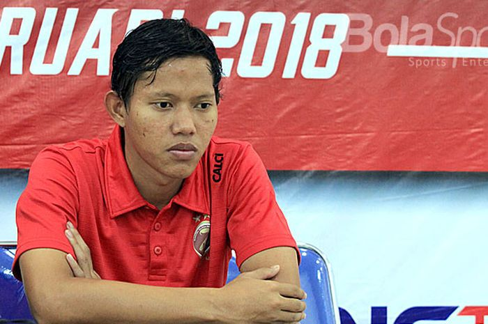 Gelandang Sriwijaya FC, Adam Alis, menjawab pertanyaan wartawan usai melawan Madura United pada babak penyisihan Piala Gubernur Kaltim 2018 Grup B di Stadion Batakan Balikpapan, Kalimantan Timur, Senin (26/02/108) sore.
