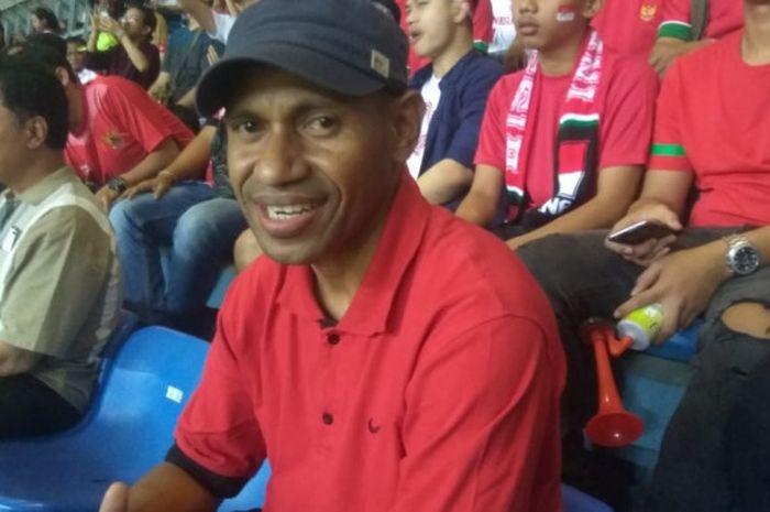 Legenda timnas Indonesia, Elie Aiboy hadir mendukung timnas U-23 Indonesia melawan Hong Kong di Stad