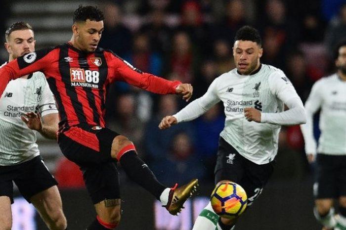 Penyerang Bournemouth, Joshua King, berebut bola dengan gelandang Liverpool, Jordan Henderson dan Al