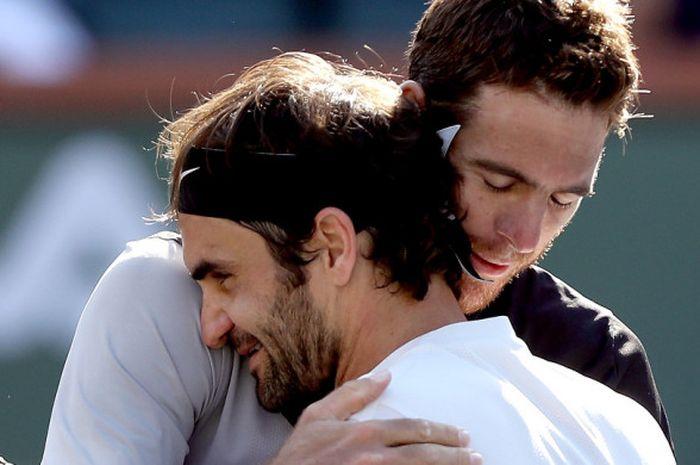 Juan Martin Del Potro (kanan) memeluk Roger Federer (kiri) usai final Indian Wells, Senin (19/03/18)