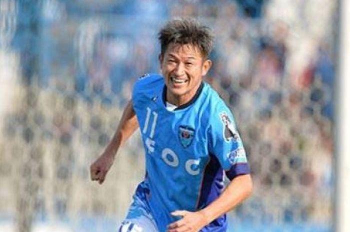 Senyum ceria striker berusia 50 tahun, Kazuyoshi Miura selepas mencetak gol ke gawang ThespaKusatsu