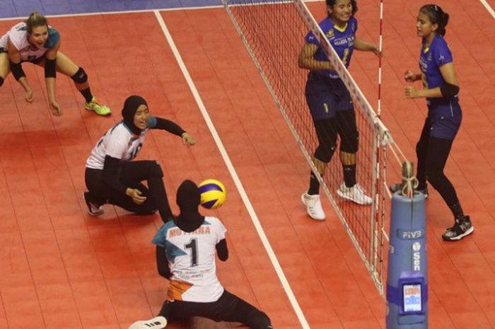 Tim bola voli putri Jakarta BNI 46 (kiri) melawan Bandung Bank BJB Pakuan pada putaran kedua seri pertama Proliga 2019 di GOR PSCC, Palembang, Jumat (11/1/2019).