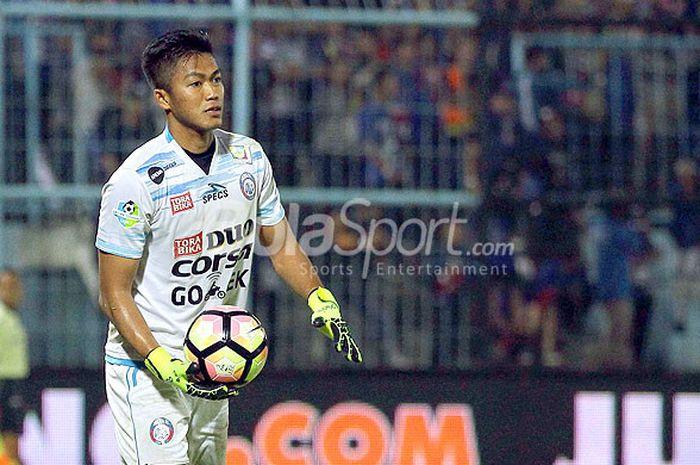 Kiper Arema FC, Utam Rusdiana, saat tampil melawan Semen Padang dalam laga pekan ke-32 Liga 1 di Sta