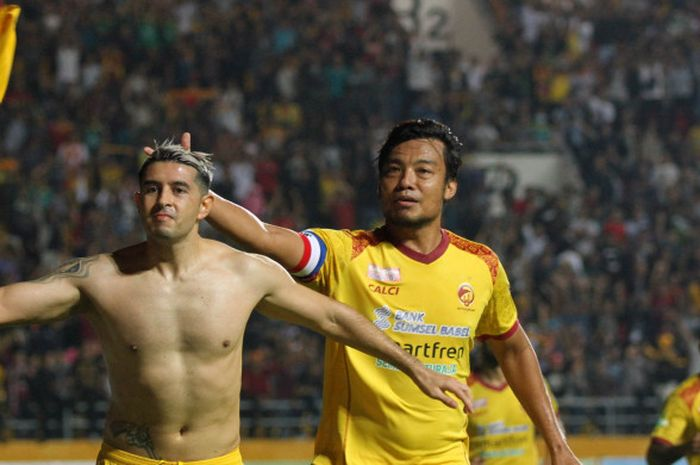 Duo Sriwijaya FC, Esteban Viscarra dan Hamka Hamzah (kanan) merayakan gol penyama ke gawang Persija pada laga pekan ke-15 Liga 1 2018 di Stadion Gelora Sriwijaya, Kota Palembang, 10 Juli 2018.