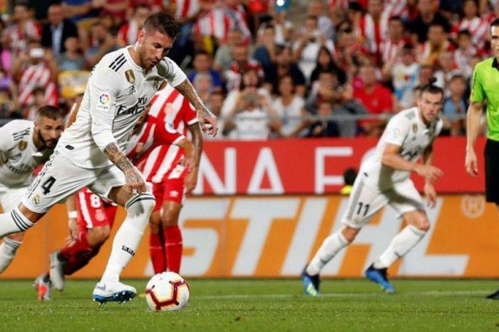 Bek Real Madrid, Sergio Ramos, mencetak gol lewat tendangan penalti ke gawang Girona dalam partai Liga Spanyol di Stadion Montilivi, 26 Agustus 2018.