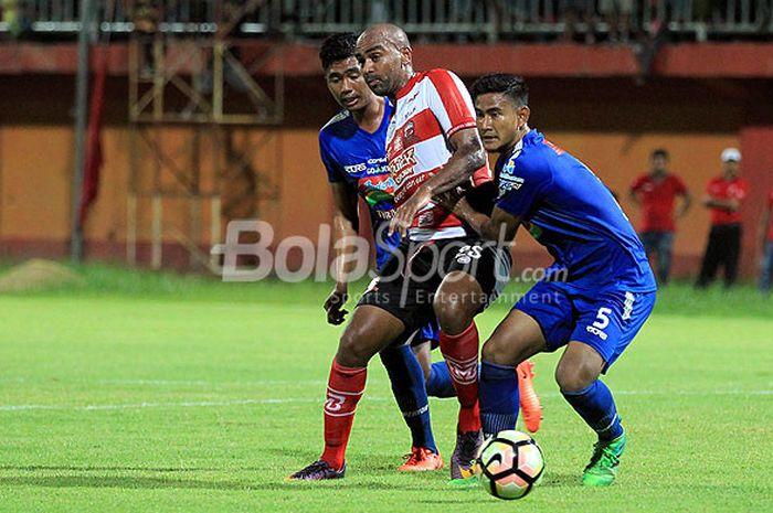 Striker Madura United, Alberto de Paula (tengah), berupaya lepas dari pengawalan pemain PSIS Semarang dalam laga uji coba di Stadion Ratu Pamellingan Pamekasan, Jawa Timur, Minggu (11/03/2018) malam.