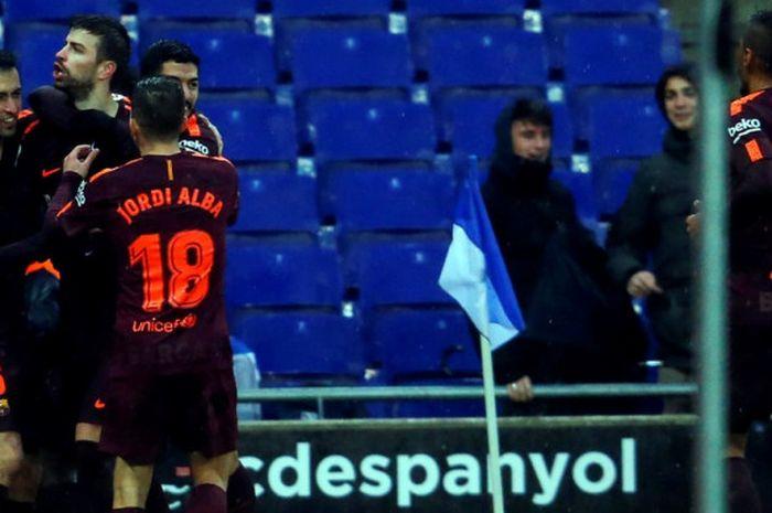 Bek FC Barcelona, Gerard Pique (kedua dari kiri), merayakan gol yang dia cetak ke gawang Espanyol dalam laga Liga Spanyol di Stadion RCDE, Cornella de Llobregat, pada 4 Februari 2018.