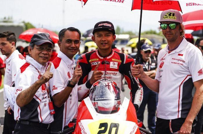 Pebalap AHRT Indonesia yang mengikuti CEV International Championship di Moto2 European Championship, Dimas Ekky (kedua dari kanan).