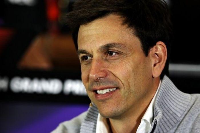 Bos Mercedes, Toto Wolff, ketika menghadiri konferensi pers menjelang GP Inggris di Sirkuit Silverst
