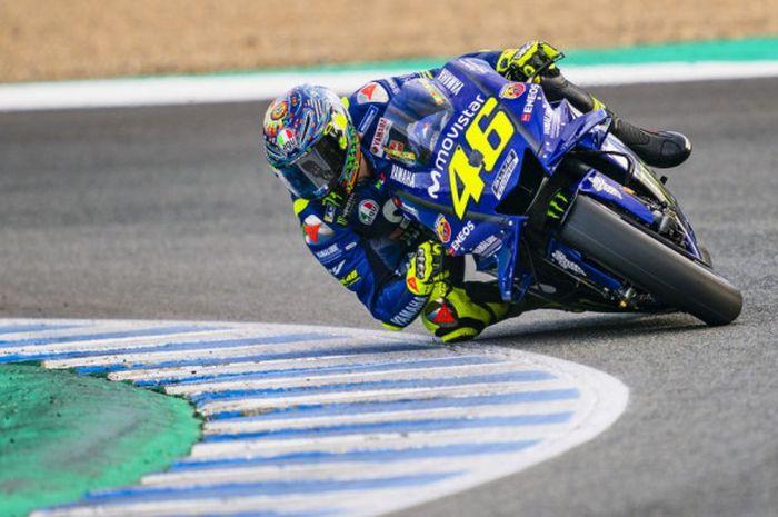 Valentino Rossi saat mengendarai motor Movistar Yamaha dalam sesi tes resmi MotoGP yang digelar di Sirkuit Jerez, Spanyol, pada Kamis (29/11/2018).