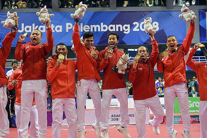 Tim sepak takraw putra Indonesia berpose bersama memperlihatkan medali emas seusai pertandingan final quadrant putra sepak takraw Asian Games 2018 di GOR Ranau, Jakabaring Sport City (JSC), Palembang, Sumatera Selatan, Sabtu (1/9). Indonesia meraih medali emas disusul Jepang dengan medali perak, medali perunggu diraih Vietnam dan Singapura sebagai juara bersama.