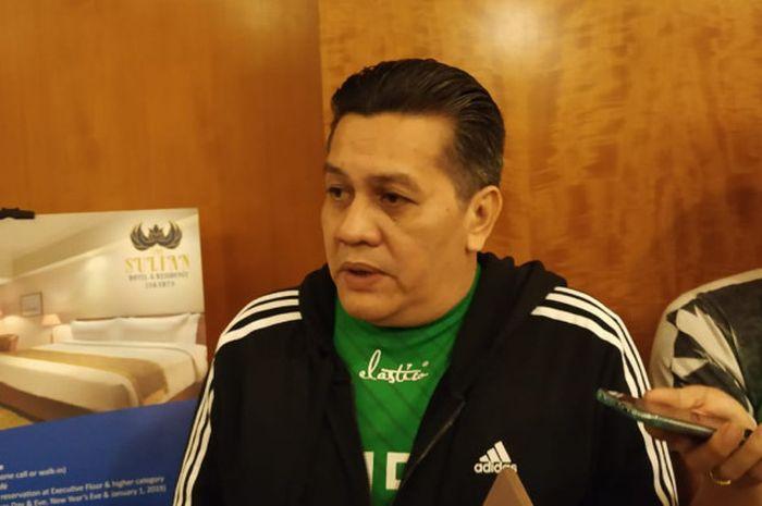 Anggota Komite Eksekutif (Exco) PSSI, Gusti Randa, menjawab pertanyaan wartawan di Hotel Sultan, Jakarta.