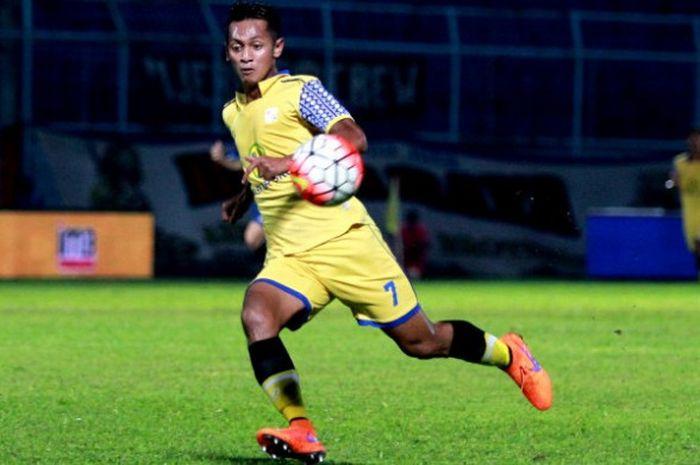 Penyerang PSMS Medan  Yongki Aribowo saat berseragan Barito Putera.