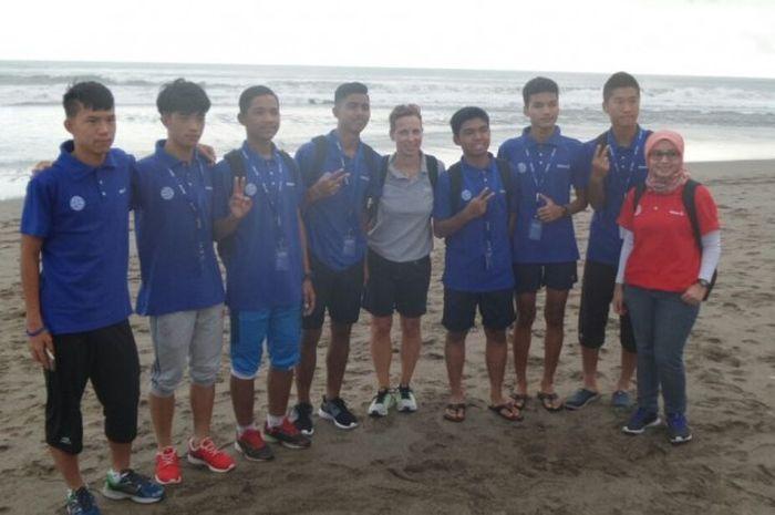 Para peserta Allianz Junior Football Camp Asia 2016 berpose bersama di area Pantai Batu Belig dalam rangkaian aktivitas pertama mereka di Bali, 19 Juli 2016.