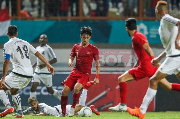 Bek timnas Indonesia, Gavin Kwan Adsit, berduel dengan para pemain Mauritius pada laga persahabatan