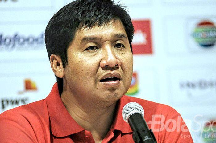 Ketua SC Piala Presiden, Maruarar Sirait, berbicara kepada media pada acara jumpa pers usai laga leg