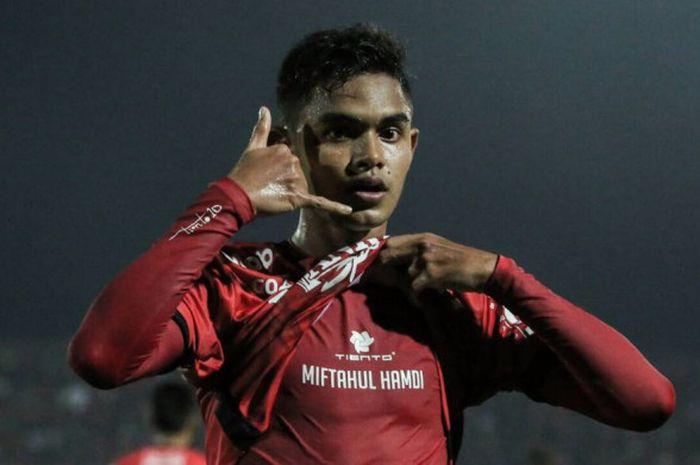 Gelandang Bali United, Miftahul Hamdi, merayakan golnya seusai membobol gawang PSM Makassar, MInggu