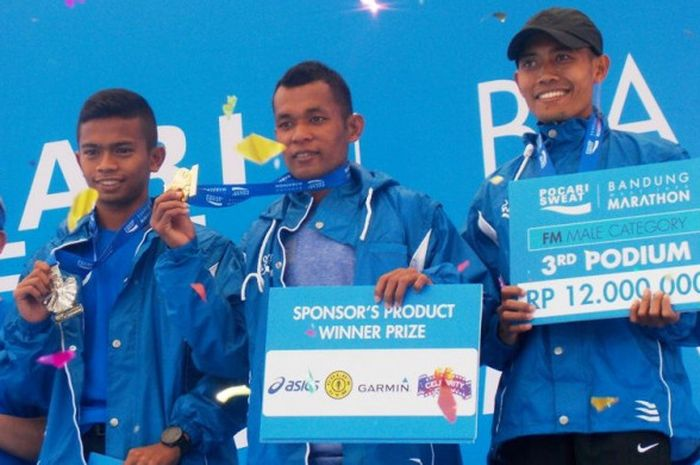 Hamdan Syafril Sayuti (tengah), pemenang kategori Full Marathon di ajang Bandung Marathon 2017, Minggu (30/7/2017).