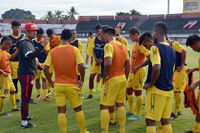 Pelatih Semen Padang, Nilmaizar, memberikan arahan dalam sesi latihan yang digelar di Stadion lapangan Mes Semen Padang.