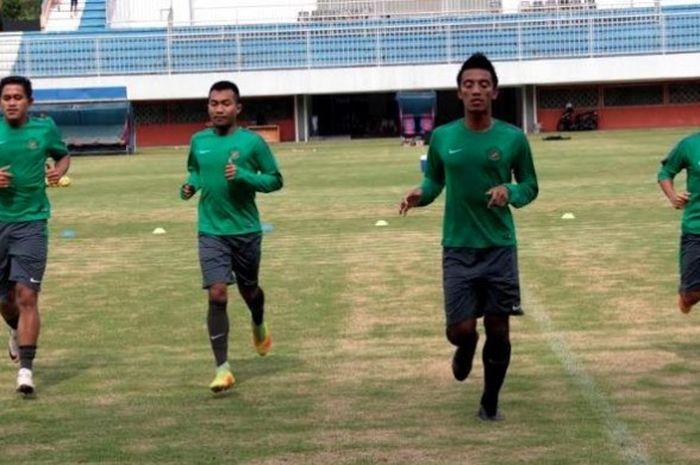 Pemain timnas Indonesia, Rizky Pellu, Hargianto, Bayu Pradana, dan Evan Dimas (dari kiri ke kanan) dalam latihan di Stadion Maguwoharjo, Sleman, Jumat (21/10/2016).