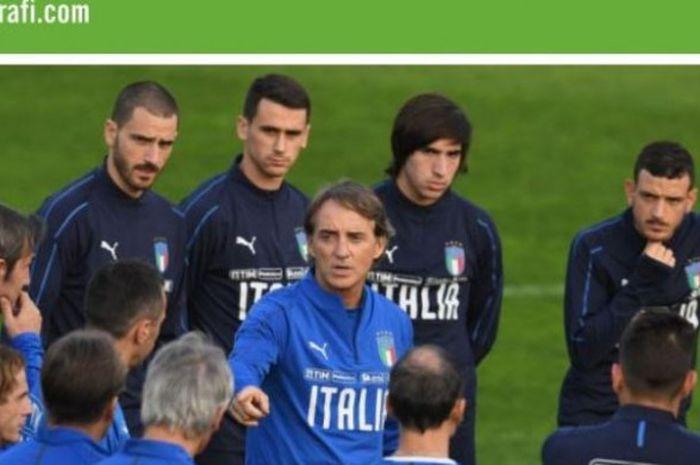 Roberto Mancini (tengah) saat memimpin sesi latihan timnas Italia di Coverciano, Firenze.
