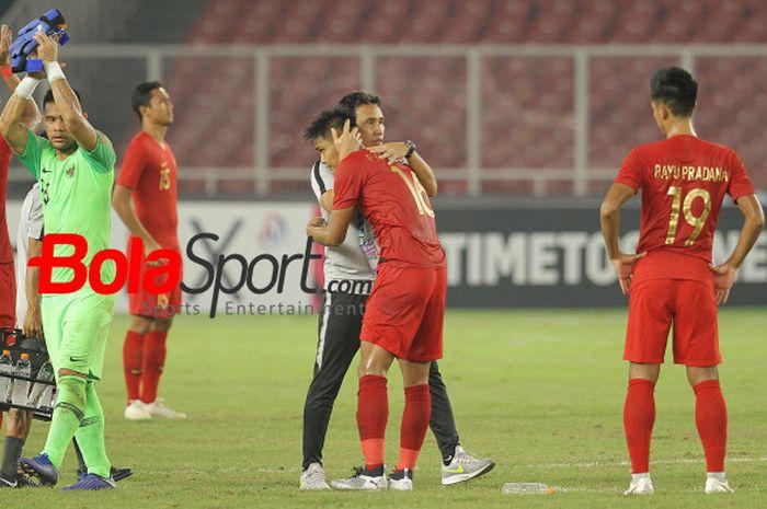 Pelatih timnas Indonesia, Bima Sakti memeluk bek Fachrudin Aryanto seusai skuat Garuda menang atas Timor Leste pada laga kedua Grup B Piala AFF 2018 di SUGBK, 13 November 2018.