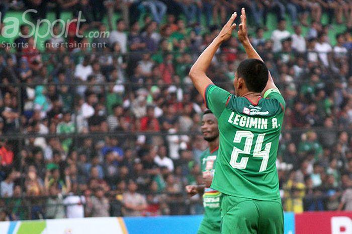 Gelandang PSMS Medan, Legimin Rahardjo, membalas sambutan pendukung timnya saat dimainkan di babak