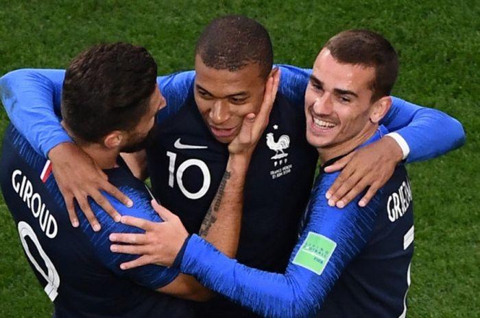 Penyerang Prancis, Kylian Mbappe (tengah), merayakan gol yang dicetak bersama Olivier Giroud dan Antoine Griezmann dalam laga Grup C Piala Dunia 2018 kontra Peru di Ekaterinburg Arena, Ekaterinburg, Rusia pada 21 Juni 2018.