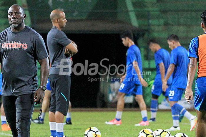 Pelatih Barito Putera, Jacksen F Tiago (kiri), memimpin latihan tim saat timnya melakukan