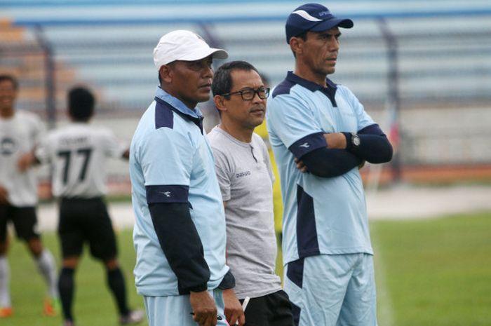 Pelatih Persela, Aji Santoso (tengah), bersama asisten pelatih Ragil Sudirman (kiri), dan pelatih kiper Erik Ibrahim (kanan) saat memantau pemainnya pada sesi latihan di Stadion Surajaya, Lamongan, Kamis (15/2/2018).