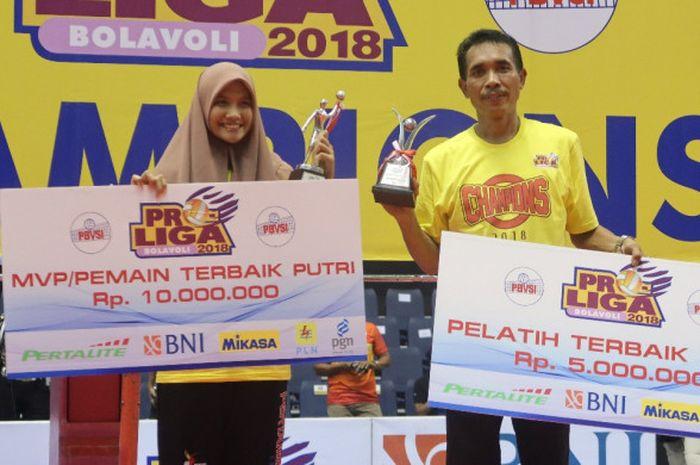 Nandita Ayu Salsabila (kiri) dan Muhammad Anshori (kanan) saat menerima penghargaan individu usai gelaran grand final Proliga 2018, Minggu (15/4/2018).