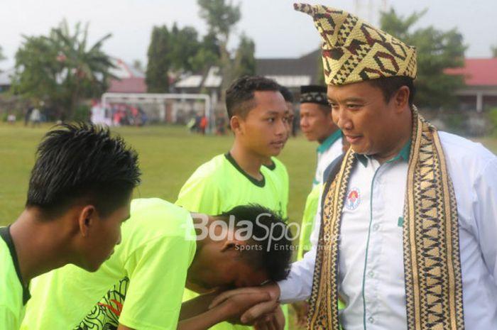 Menteri Pemuda dan Olahraga Imam Nahrawi menyalami para pemain yang berpartisipasi pada Liga Santri Nusantara (LSN) 2018, di Lapangan Sepak Bola Merdeka, Krui, Kabupaten Pesisir Barat, Lampung, Jumat (13/4/2018)