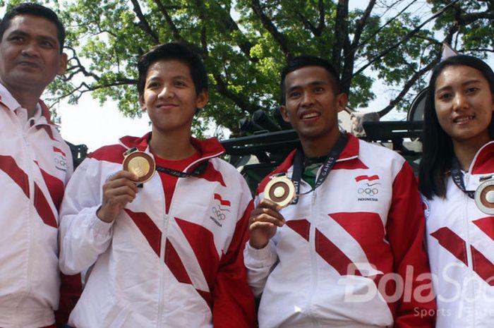 Atlet SEA Games, (dari kiri ke kanan), Supriyono (menembak), Elga Kharisma (balap BMX),  Atjong Tiop Purwanto (atletik), dan Crismonita Dwi Putri (balap sepeda) dalam Kirab Apresiasi Atlet SEA Games di Malang, Jawa Timur (28/09/2017).