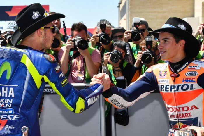Pebalap Movistar Yamaha Valentino Rossi (kiri) berjabat tangan dengan Marc Marquez (Repsol Honda).