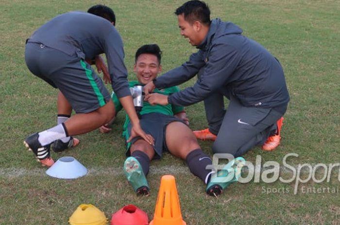 Syahrian Abimanyu menggunakan terapi hypervolt oleh tim fisioterapis saat latihan timnas U-19 Indonesia.