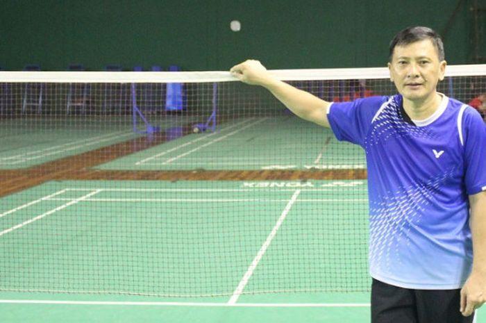Pelatih tunggal putra nasional Indonesia, Hendry Saputra, berpose seusai diwawancara sejumlah awak m
