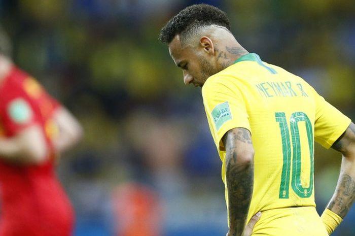 Reaksi penyerang Brasil, Neymar, setelah timnya tertinggal 0-2 di babak pertama laga perempat final Piala Dunia 2018, 6 Juli 2018 di Kazan Arena.