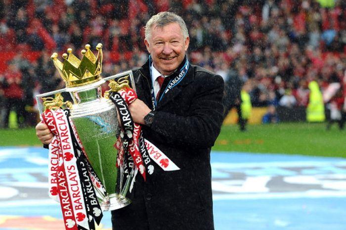 Ekspresi manajer Manchester United, Sir Alex Ferguson, saat mengangkat trofi Liga Inggris musim 20
