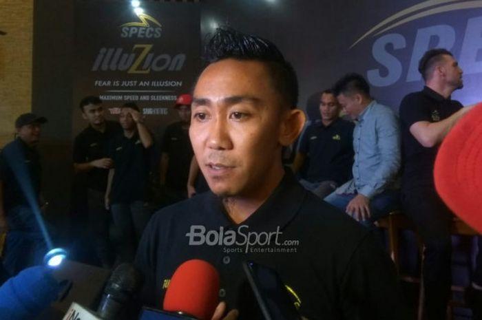 Kapten Persebaya, Rendi Irwan, menjawab pertanyaan wartawan di di The Terrace Restaurant, Senayan, J