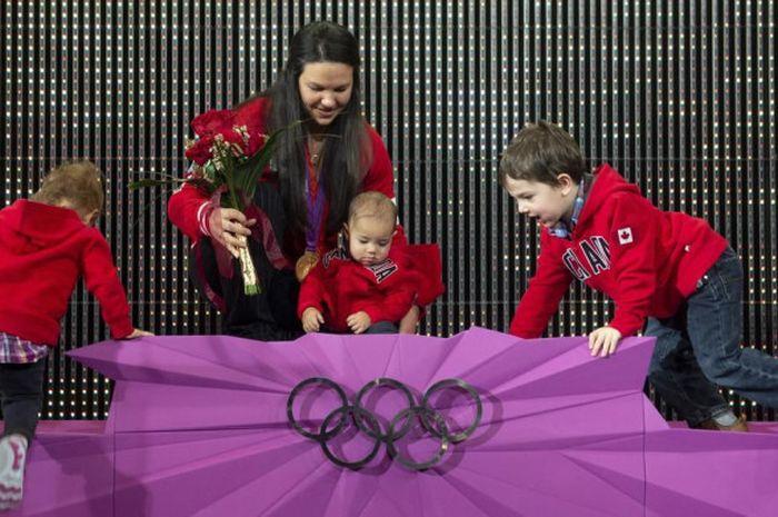 Momen ketika Christine Girard merayakan medali emas Olimpiade London 2012 dan medali perunggu Olimpiade Beijing 2008, di Jepang, Senin (3/12/2018).