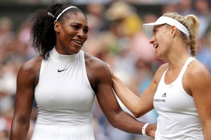 Serena Williams (kiri) dan Angelique Kerber (kanan) kala saling menyapa saat partai final Wimbledon 2016 usai digelar.